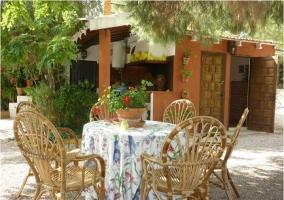 Mesa, sillas y cocina exterior