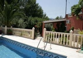 Piscina con vallado y la fachada exterior del alojamiento