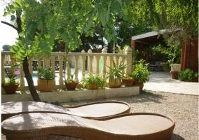 Tumbonas de mimbre la piscina y el porche