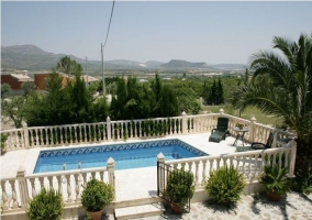 Vista completa de la piscina vista desde la terraza