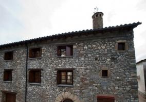 Acceso a la casa en piedra y con balcones