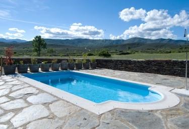 Casas rurales con piscina en sierra de ayll n for Casas vacacionales con piscina