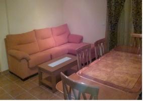 Mesa de comedor y sofa de la casa rural