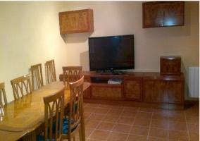 Mesa de comedor y television de la casa rural