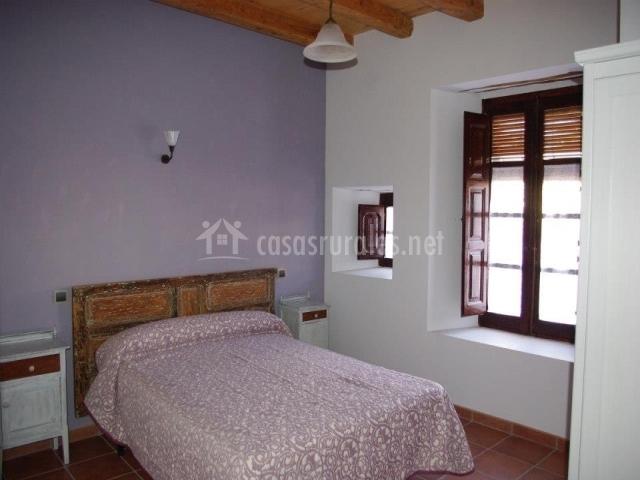 Habitación La Olma con cama de matrimonio y decoraxión cálida