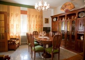 Salón comedor con muebles y chimenea