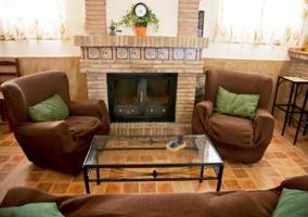 Sala de estar con mesa, mueble y televisor