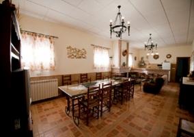 Salón con sillones y chimenea