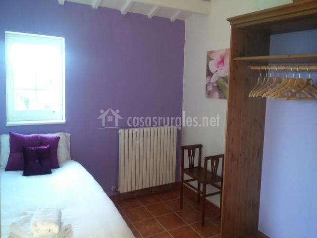 Dormitorio violeta con cama individual
