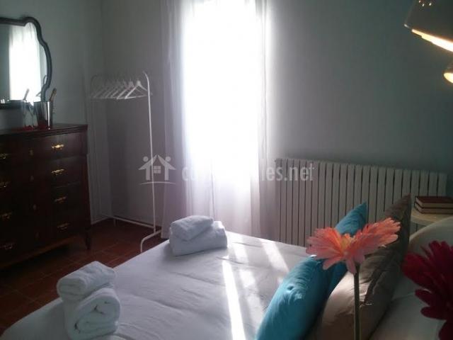 Dormitorio con cómoda y espejo
