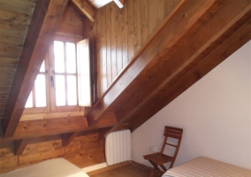 escalera con barandilla de madera en la casa rural