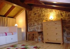 Altillo de la casa con cama nido y muebles de madera