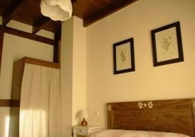 Dormitorio de matrimonio en la segunda planta con cabecero de madera