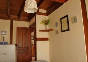 Dormitorio doble en blanco y techos de madera