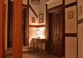 Recibidor de la casa con muebles de madera