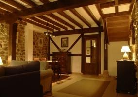 Sala de estar amplia y su alfombra