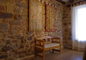 Sala de estar con tapices decorativos