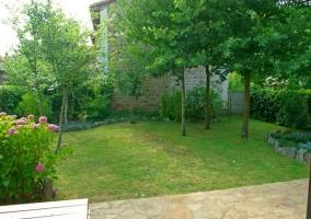 Vistas de las zonas verdes frente al porche