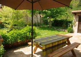 Vistas del porche con mesa y barbacoa