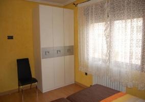 Habitación doble con armarios