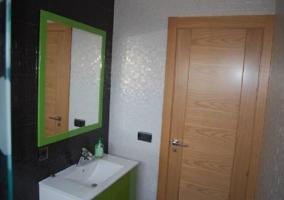 Baño completo con puerta de madera