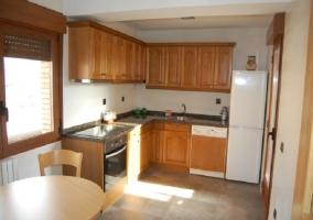 Cocina completa con armarios de madera