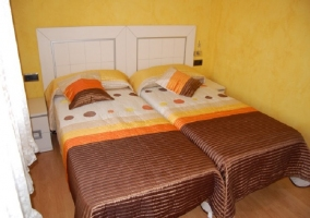 Habitación doble con paredes amarillas