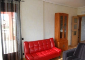 Salón con sofá rojo