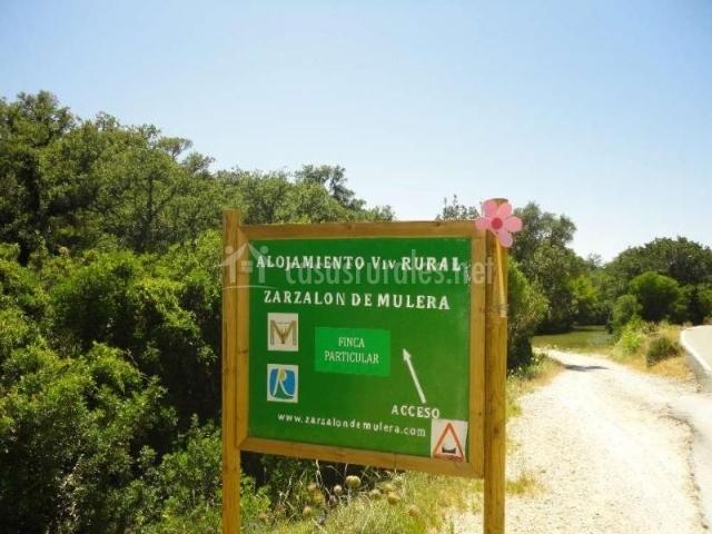 Cartel indicativo de acceso a la Casa Rural