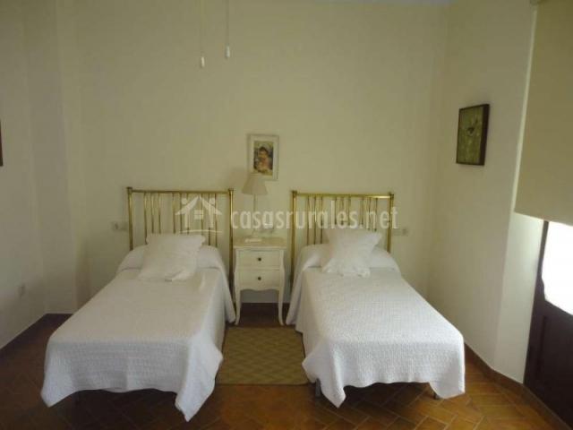 Dormitorio doble con cabezal dorado