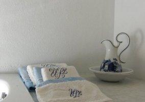 Dormitorio de matrimonio con frontal en piedra y su aseo