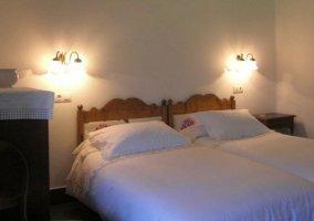 Dormitorio doble con cabeceros de madera y luces