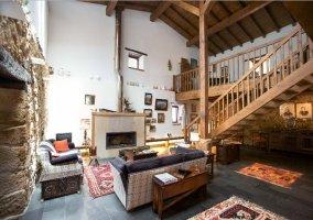 Sala de estar amplia con la chimenea en la zona frontal