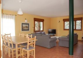 Fachada del alojamiento pintada en amarillo