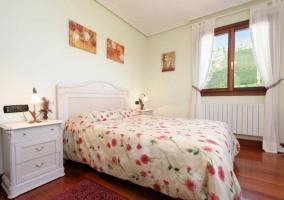 Dormitorio Suite de matrimonio con suelos de madera