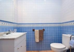 Dormitorio doble y aseo azul