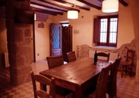 Cocina y mesa del comedor