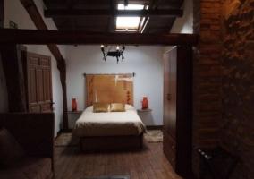 Dormitorio de matrimonio con ventana en el techo