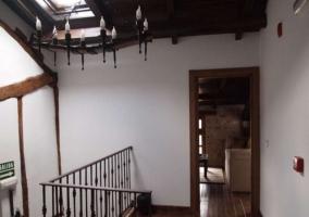 Pasillo con techo abuhardillado y tragaluz