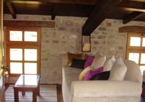 Salón de la habitación con vigas de madera