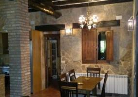Salón amueblado con chimena y cocina con barra americana