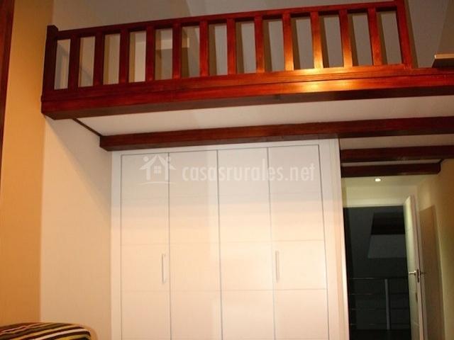 Dormitorio de matrimonio con altillo y barandilla