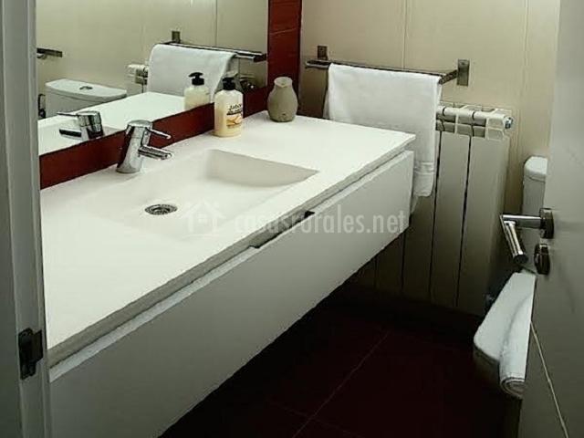 Lavabo cuarto de baño marrón