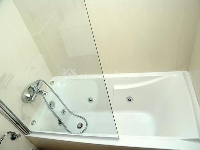 Cuarto de baño marrón con bañera hidromasaje