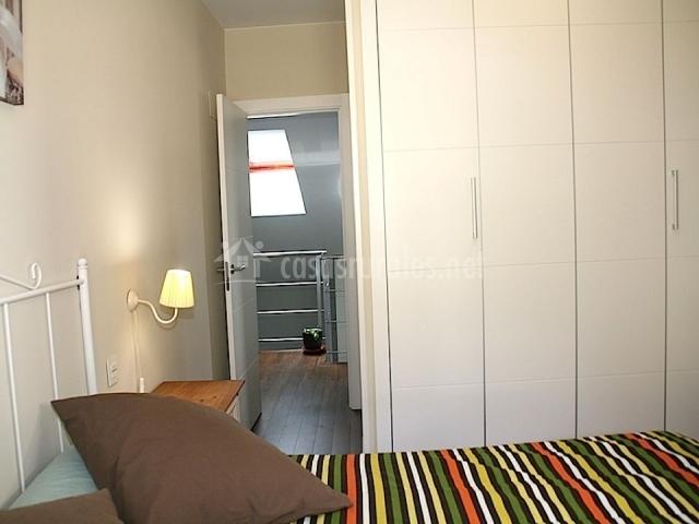 Dormitorio de matrimonio con armario blanco