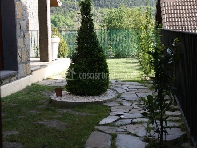Jardín con camino de piedra