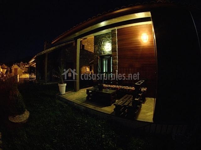 Jardín y porche por la noche