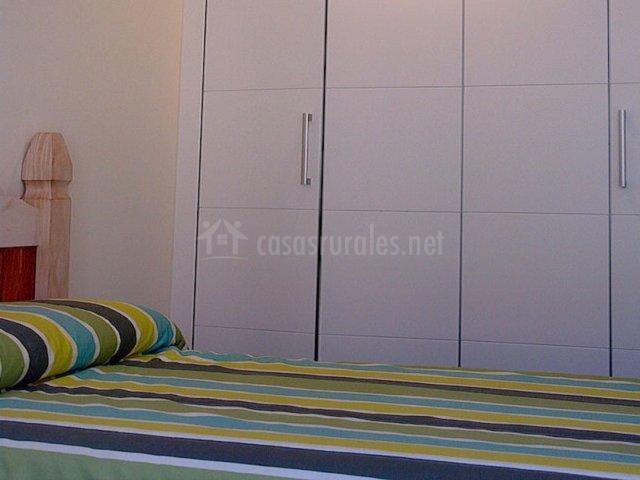 Dormitorio doble con armario de madera blanco