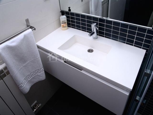 Lavabo del cuarto de baño negro