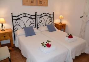 Dormitorio doble con toalla